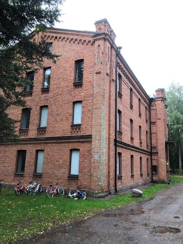Toivola omistaa asunnon Riihimäen varuskunta-alueella sijaitsevasta rakennuksesta. Asunto on tyhjillään.