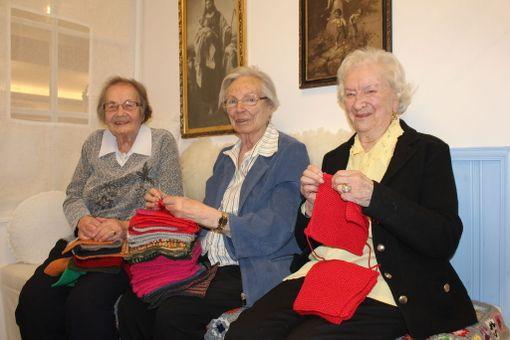 Yli 90-vuotiaat Kerttu Selin, Tuulikki Wallenius sekä Aune Koutonen nauttivat saadessaan auttaa muita.