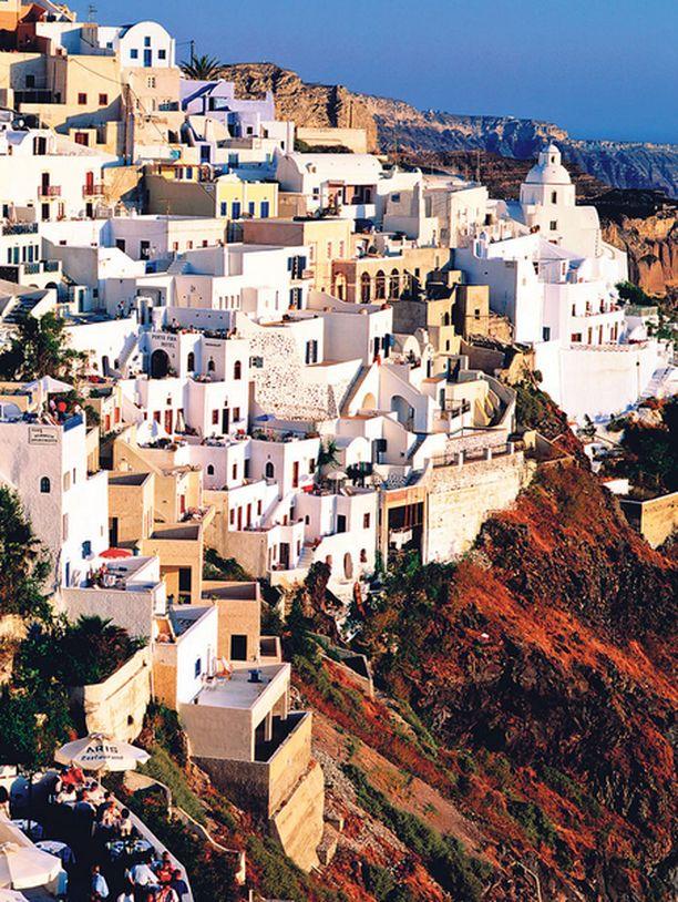 Kreikkaan kuuluva Santorini on myös suomalaisten matkailijoiden suosiossa.