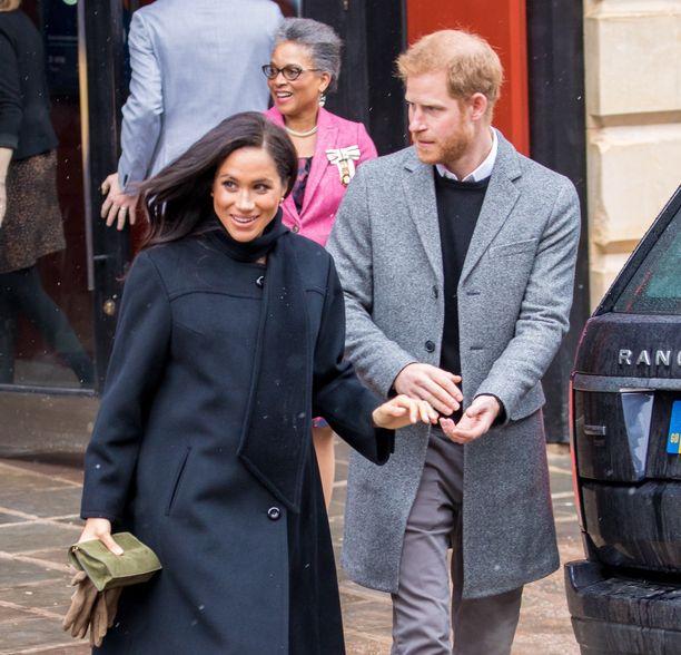 Prinssi Harry tuki vaimoaan liukkaalla katukiveyksellä.