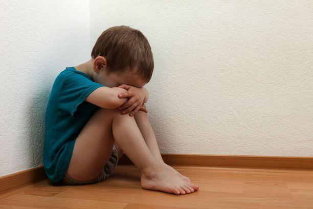 Perheen äiti tuomittiin lapsiinsa kohdistamistaan lukuisista pahoinpitelyistä. Kuvituskuva.
