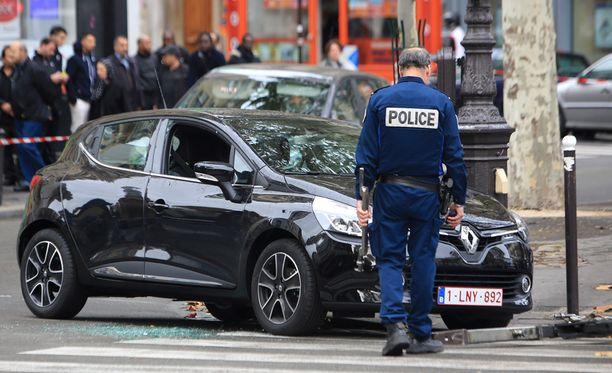 Poliisi tutki yhtä Pariisin iskuihin liittyväksi epäillyistä autoista Pariisissa tiistaina.