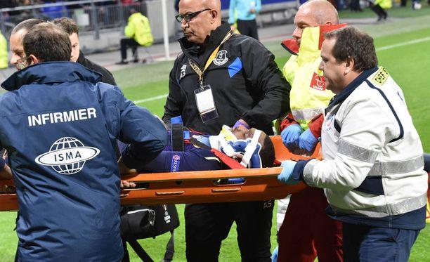 Evertonin puolustaja Cuco Martina loukkaantui Lyonia vastaan.