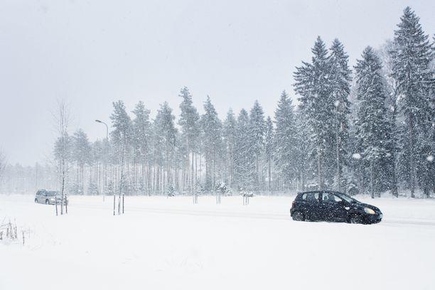 Moni pelkää ajaa tasaisenvalkoisessa talvimaisemassa, kun kontrastit häviävät.