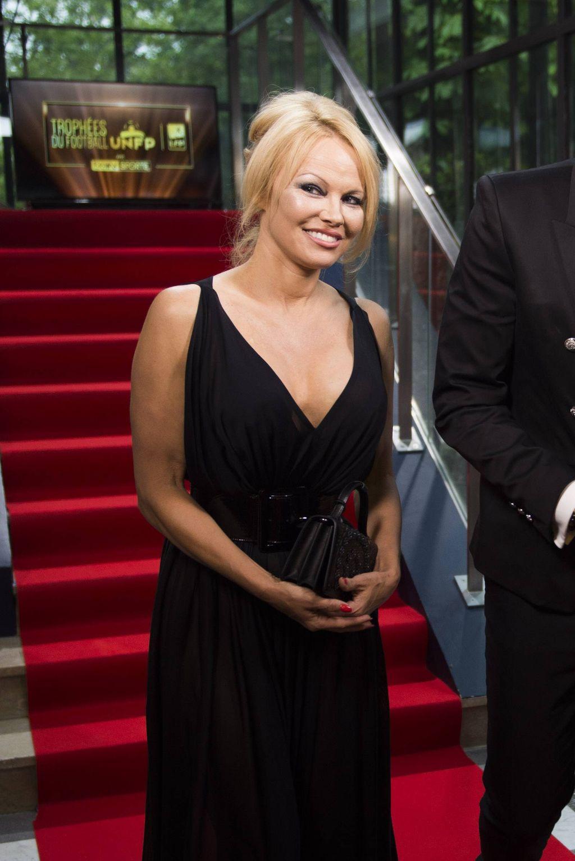 Pamela Anderson tuskaili koronaeristyksen aiheuttamaa turvotusta – fanit hehkuttavat tuoretta kuvaa