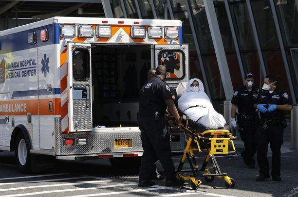 Matkustaja autettiin EK203-lennolta ambulanssiin JFK:n lentokentällä New Yorkissa.
