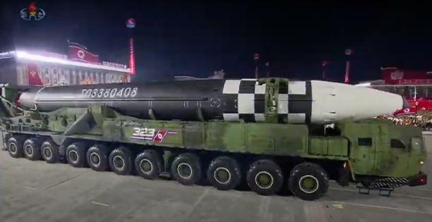 Asiantuntijoiden mukaan Pohjois-Korea esitteli entistä suuremman mannertenvälisen ballistisen ohjuksen.