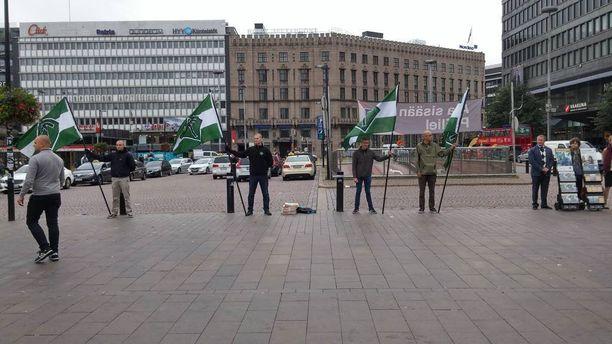 Suomen vastarintaliike piti viikko sitten lauantaina mielenosoituksen Helsingin keskustassa. Yhtä mielenilmaukseen osallistuneista henkilöistä epäillään törkeästä kuolemantuottamuksesta.