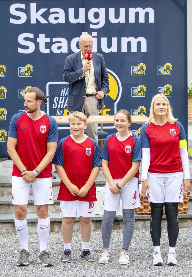 Pariskunnalla on kaksi lasta: Ingrid Alexandra ja Sverre Magnus.