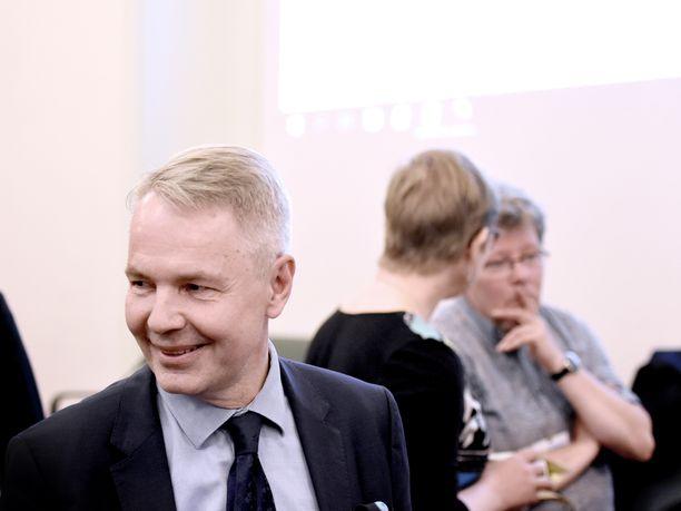 Vihreiden puheenjohtajaa Pekka Haavistoa hymyilytti ennen puolueen tiistai-iltaista kokousta eduskunnassa.