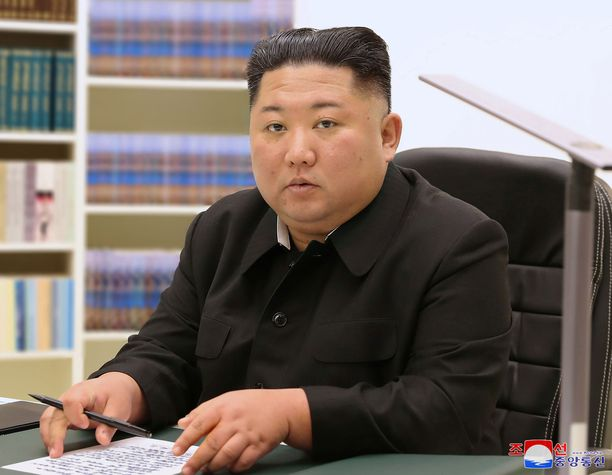 Kuvassa Kim Jong-un kirjoittaa kansalleen uudenvuodenpäivänä lähettämäänsä kirjettä.