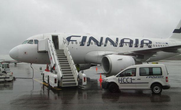 Jokereita kuljettava kone odotti joukkuetta Helsinki-Vantaan liikelentoterminaalin edessä.