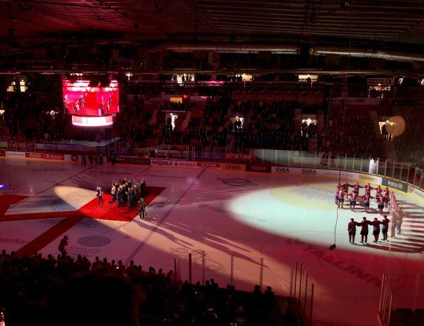 Kimmo Kuhdan valmentama HIFK:n B-juniorijoukkue muodosti jäälle numeron 9, kun illan sankari saapui punaista mattoa pitkin yleisön eteen.