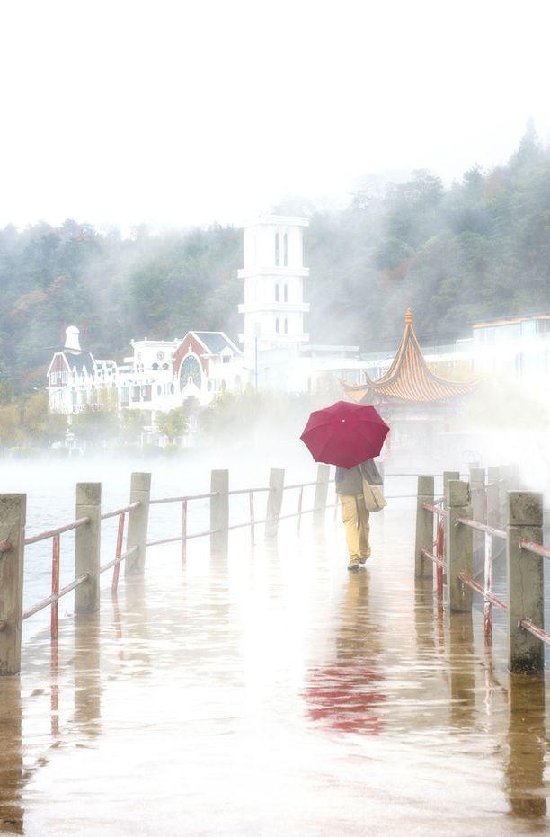 Lugu-järvellä tarvittiin maanantaina sateenvarjoa.