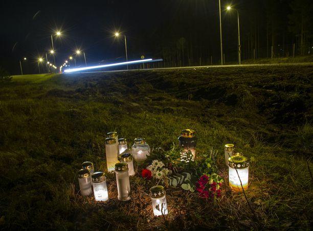 Kynttilät paloivat turmapaikalla maanantaina 5. marraskuuta.