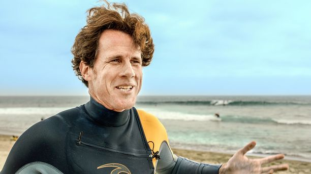 Aaron James on professori, kirjailija ja surffari, joka havahtui kusipäisten ihmisten olemassaoloon rakkaan harrastuksensa parissa.