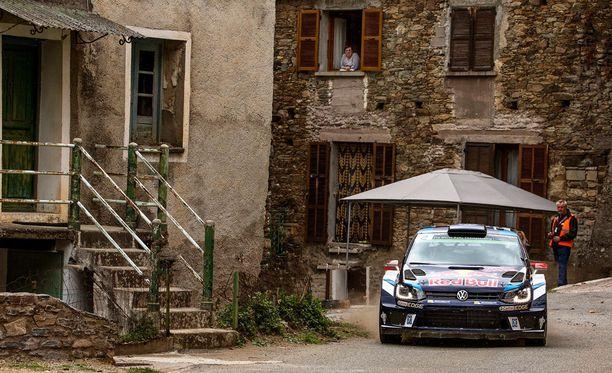 Jari-Matti Latvala kurvaili Korsikan maisemissa viikonloppuna.