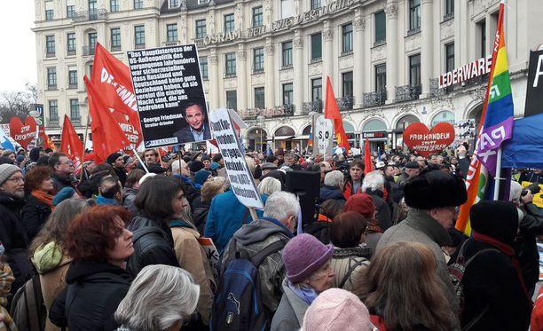 Parisen tuhatta ihmistä osoitti mieltä Münchenin turvallisuuskokouksen lähettyvillä.