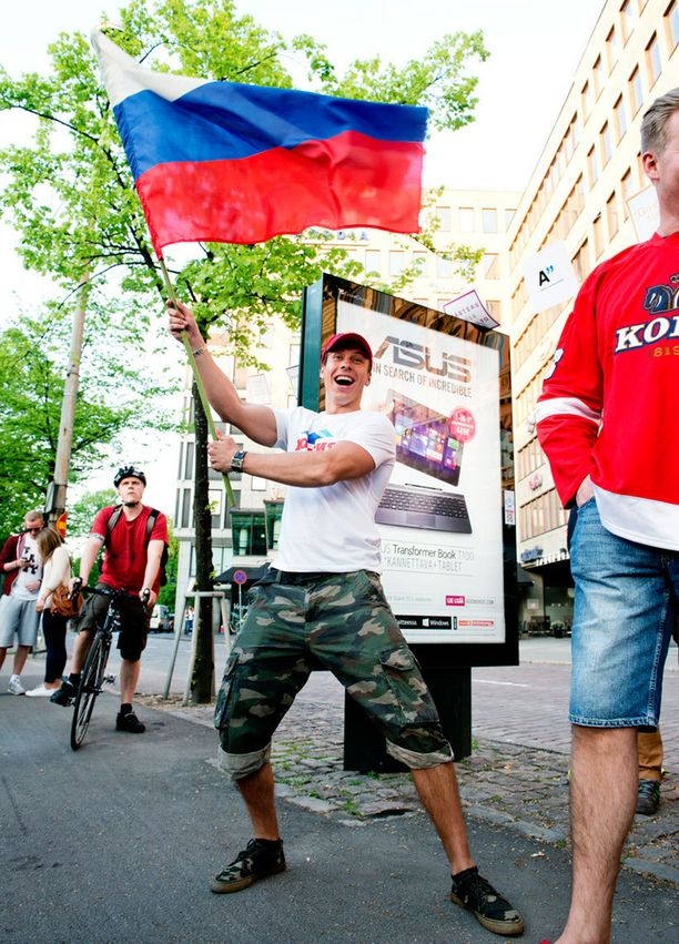 Antti Kurhinen heilutteli Venäjän lippua iloisena Helsingin keskustassa ennen ikäviä välikohtauksia.