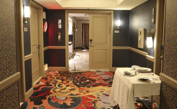 Näkymä hotellihuoneeseen käytävältä katsottuna. Kuvassa näkyvässä tarjoilukärryssä oli lautasen alle piilotettu valvontakamera.