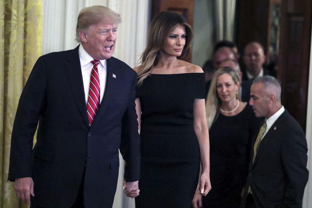 Donald ja Melania Trumpin hiustyylit ovat Twitter-kansan mielestä nykyään yhtenenäiset.