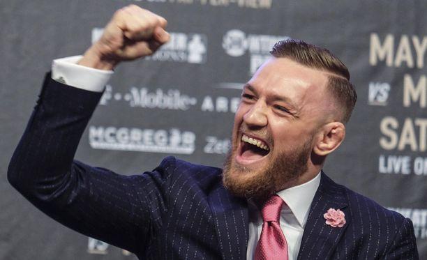Conor McGregor tuuletti, kun superotteluun vaihdettiin uudet hanskat.