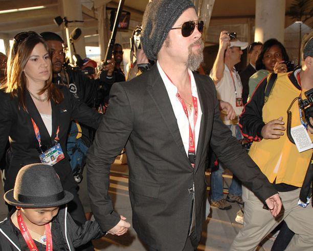 Brad Pitt ja Maddox saapuvat stadionille.