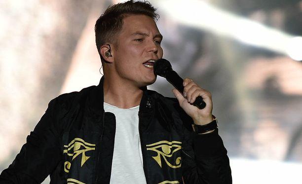 Jare Henrik Tiihonen eli Cheek tunnetaan esimerkiksi kappaleistaan Jos mä oisin sä, Syypää sun hymyyn, Anna mä meen, Timantit on ikuisia ja Sä huudat.