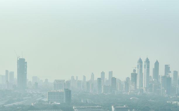Mumbain kaupunki kuvattiin viime perjantaina savusumun peittämänä.