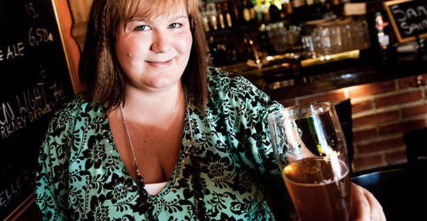 Olutseuran puheenjohtaha Anne Käki pitää oluesta kohtuullisesti käytettynä.