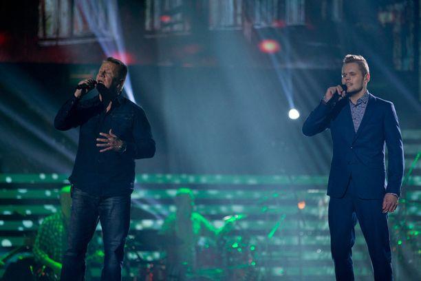 Jani Klemola esitti finaalissa valmentajansa Olli Lindholmin kanssa kappaleen Ihmisen poika.