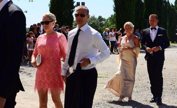 Monet naisvieraat olivat valinneet päälleen joko punartavia tai vaaleita säyvjä. Miehet luottivat puolestaan pitkälti perinteiseen tummaan pukuun.