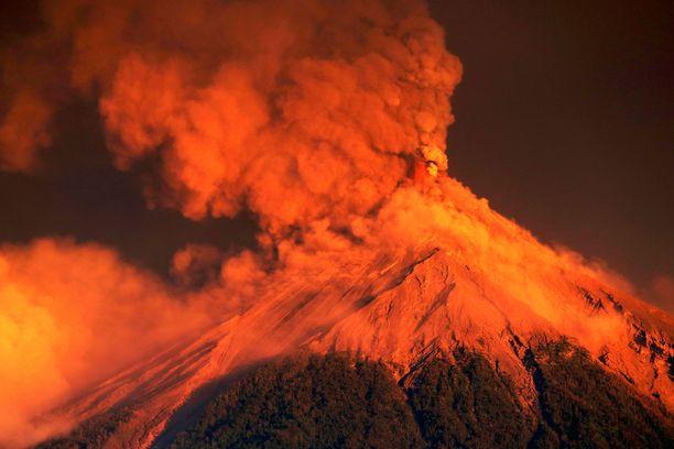 Fuego syöksi yli kilometrin korkuisen tuhkapatsaan sisästään, 4 900 metriin merenpinnasta.