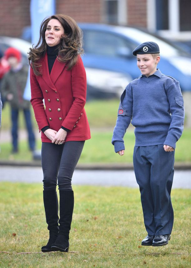 Kate hyppeli nuorten kanssa.