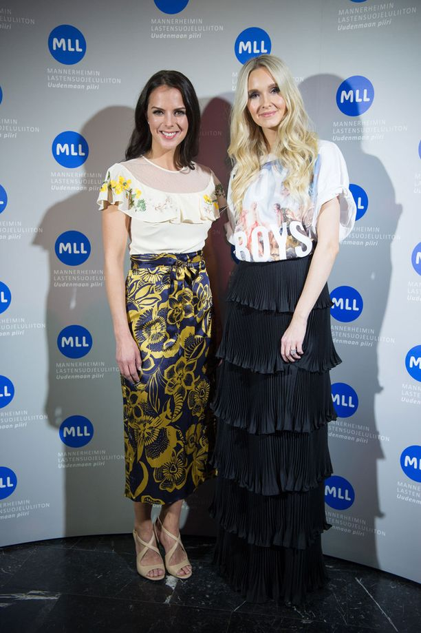 Kuvassa Satu Tuomisto toukokuussa Metti Forssellin kanssa MLL-muotinäytöksessä.