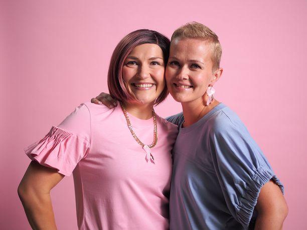 Vasemmalla Mia Männistö ja oikealla Janiina Hill. Kuva Roosa nauha -kuvauksista.