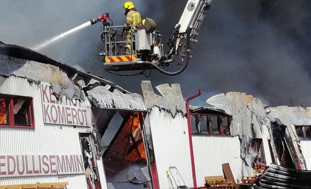 Salon paloa on sammuttamassa jopa 20 pelastuslaitoksen yksikköä.