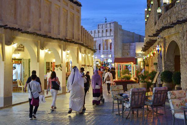 Dohassa pitää käyttää hyvin peittäviä vaatteita, vaikka lämpötila on 40 astetta.