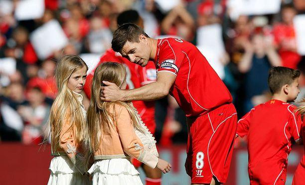 Steven Gerrard otti lapset mukaan jäähyväismatsiinsa.