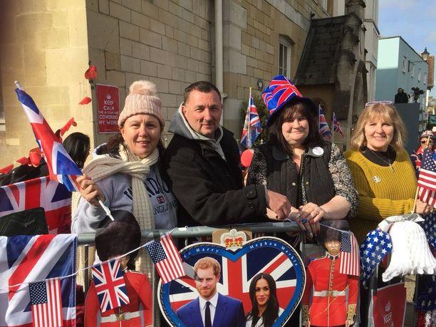 Fanit odottavat häitä innoissaan.