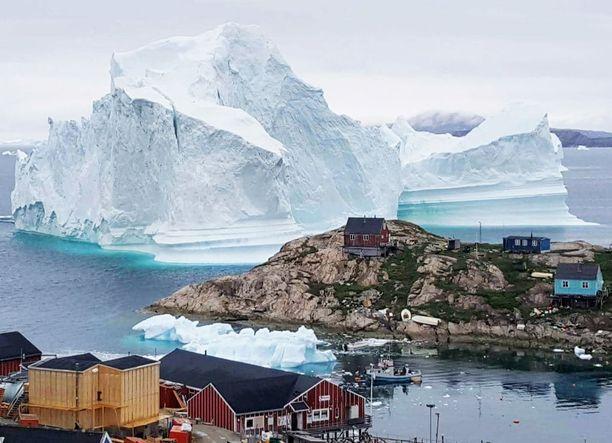 Jäävuoren ajautuminen suoraan kylän eteen on harvinainen sattuma.