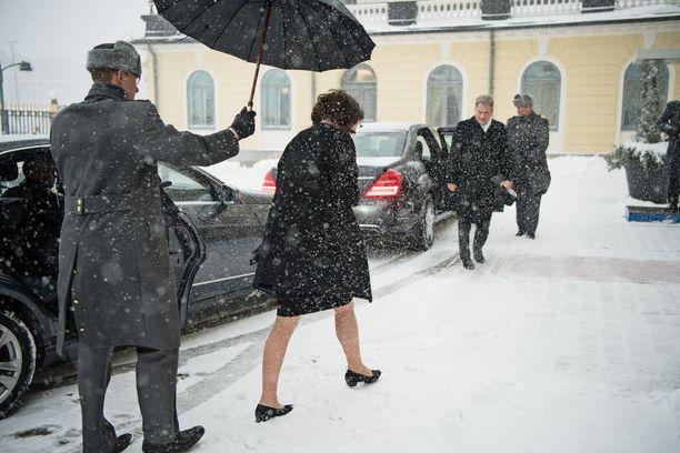 Jenni Haukio ja Niinistö saapuivat lumipyryssä Presidentinlinnaan.