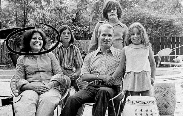 Silloin kun kaikki oli vielä hyvin. John McCain, Carol ja lapset.