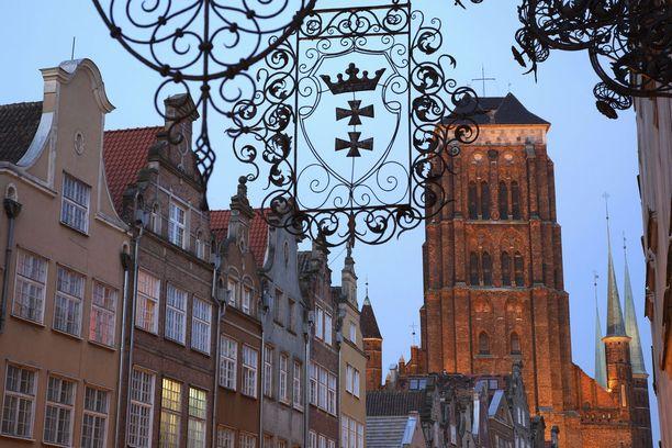 Massiivinen Mariankirkko torneineen hallitsee Gdanskin maisemia.