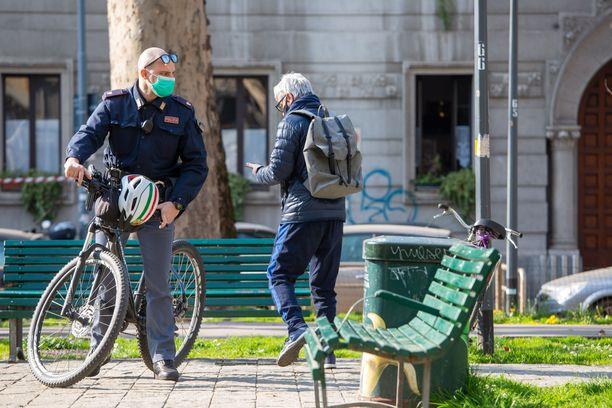 Ihmiset ovat alkaneet viettää yhä enemmän aikaa erityisesti puistossa. Tämä kuva on Milanosta, jossa viranomaiset ovat joutuneet puuttumaan tilanteisiin yhä useammin.