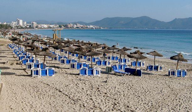 Brittien suosimassa Cala Millorissa Mallorcalla on tähän aikaan vuodesta vielä normaalisti rannat täynnä.