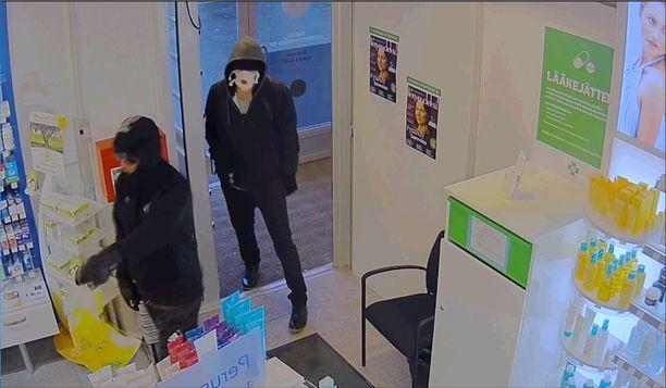 Tuiran kaupunginosassa osoitteessa Merikoskenkatu 11 sijaitseva apteekki ryöstettiin astalolla uhaten 8.10. kello 17:11.
