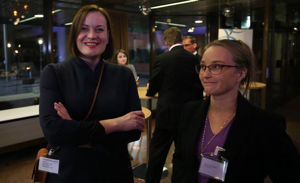 Feministisen puolueen Katju Aro ja Piraattipuolueen Jonna Purojärvi (oik) vaali-iltana Kuntatalolla.