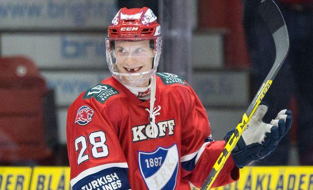 Jasse Ikonen pelaa kokopleksin kanssa saatuaan kasvoihinsa useammankin osuman kiekosta ja mailasta, kuten hammaskalustosta näkyy.