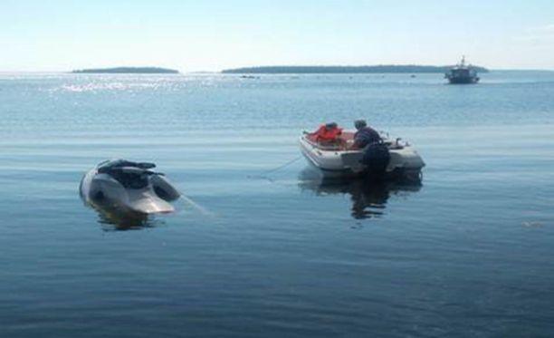 Sivullinen pelasti veden varaan joutuneen perheen omalla veneellään ja hinasi rantaan.